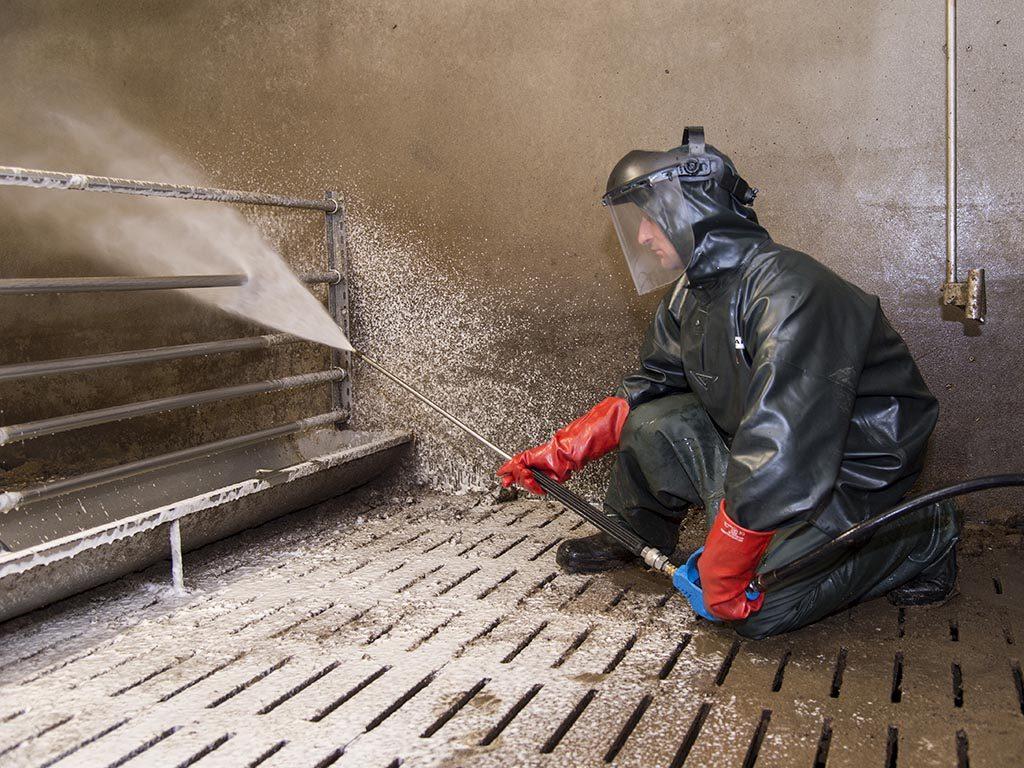 Der Reinigungschaum FaWo Profi lässt sich leicht und gleichmäßig ausbringen. Er schäumt gut auf, haftet zäh und wirkt stark gegen den Schmutz.